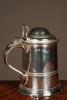 Een zware Engelse zilveren bierpul met deksel, mid 18de eeuw.