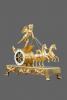 Een Franse Empire vuurvergulde bronzen strijdwagen pendule 'Char D'Amour' - Jean Simon Deverberie