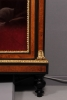 Een Zwitserse amboina vitrinekast, omstreeks 1880