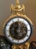 M175 Louis XVI leeuwpendule, met geskeletteerd uurwerk, zilveren wijzers en montuur op de lunette en slagwerk op een zilveren bel.