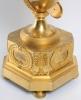 Een grote Franse Empire verguld bronzen vaaspendule met fabeldieren, circa 1800