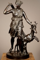 Een Frans gepatineerd bronzen sculptuur van Diana the Jager naar antiek voorbeeld, circa 1880