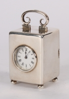 Een aantrekkelijk Engels miniatuur zilveren reisklokje gemerkt voor Londen 1901