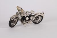 Een zilveren model van een Harley Davidson, modern