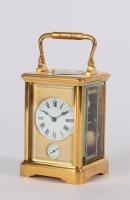 Een Franse verguld messing reisklok met kwartierrepetitie en wekker circa 1880