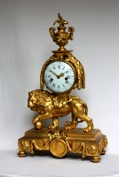 Lion - Louis XVI - Mantelclock - with the medallion of Louis XVI in the foot