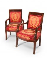 Een stel Empire fauteuils