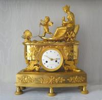 Zegenwagen van de verbintenis tussen Psyché en Amor (ziel en liefde), vlinder-zegenwagen-pendule, gesigneerd Arnoux à Paris, ca. 1810.
