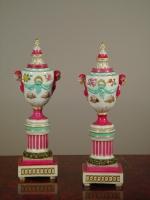 Een paar meerkleurige porseleinen urnen 'à double usage', ca 1850.