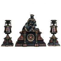 Een fantastische zwart marmeren 'retour de l'Egypt' pendule met twee bijpassende vasen.