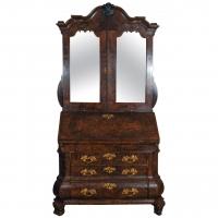 Een fantastisch Hollands wortelnoten bureau, boekenkast met spiegeldeuren, circa 1740.