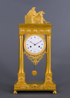 A fire-gilded bronze column mantel clock Bazerga à Rotterdam