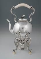 A silver bouiloire  on stand