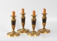 Een set van vier Frans Empire verguld en gepatineerd bronzen kandelaars, circa 1810