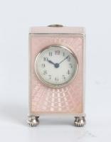 Een miniatuur Zwitsers zilveren roze transparant guilloche email klokje, circa 1900
