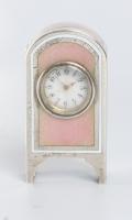 Een miniatuur getoogd Zwitsers zilveren roze transparant guilloche email klokje, circa 1900