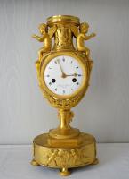 Directoire urn-klok, ode aan de liefde en muziek, uitzonderlijke gemodelleerd en geciseleerd  brons, Delecoeuillerie à Tournay. ca. 1795.