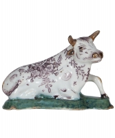 Een Liggende Koe in Mangaan kleur in Delfts Aardewerk - De Porseleine Klaauw