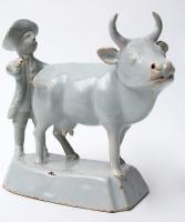 Een Staande Koe met Boer in Wit Delfts Aardewerk