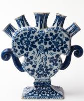 Een  Bloemenvaas in Blauw Delfts Aardewerk