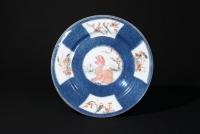 Chinees Poederblauw porselein bord met famille verte medaillons, China Kangxi periode keramiek