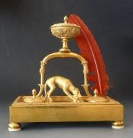 Frans bronzen bureau inktstel, jachthond met haas, Empire circa 1820.