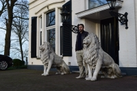 Chris Tap met twee witte leeuwen bij landhuis