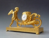 Aantrekkelijk klein klokje/ pendulette, Amor met kruiwagen, Oostenrijk circa 1810.