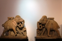 Vechtende stenen olifanten uit India