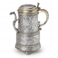 Een gedeeltelijk vergulde gegraveerde zilveren wijnkan door Henricus van Leeuwen