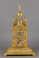 Een Duitse Tafelklok, zgn. Türmchenuhr, met Astrolabe, Gesigneerd JOHANNES BENNER AUGSBURG