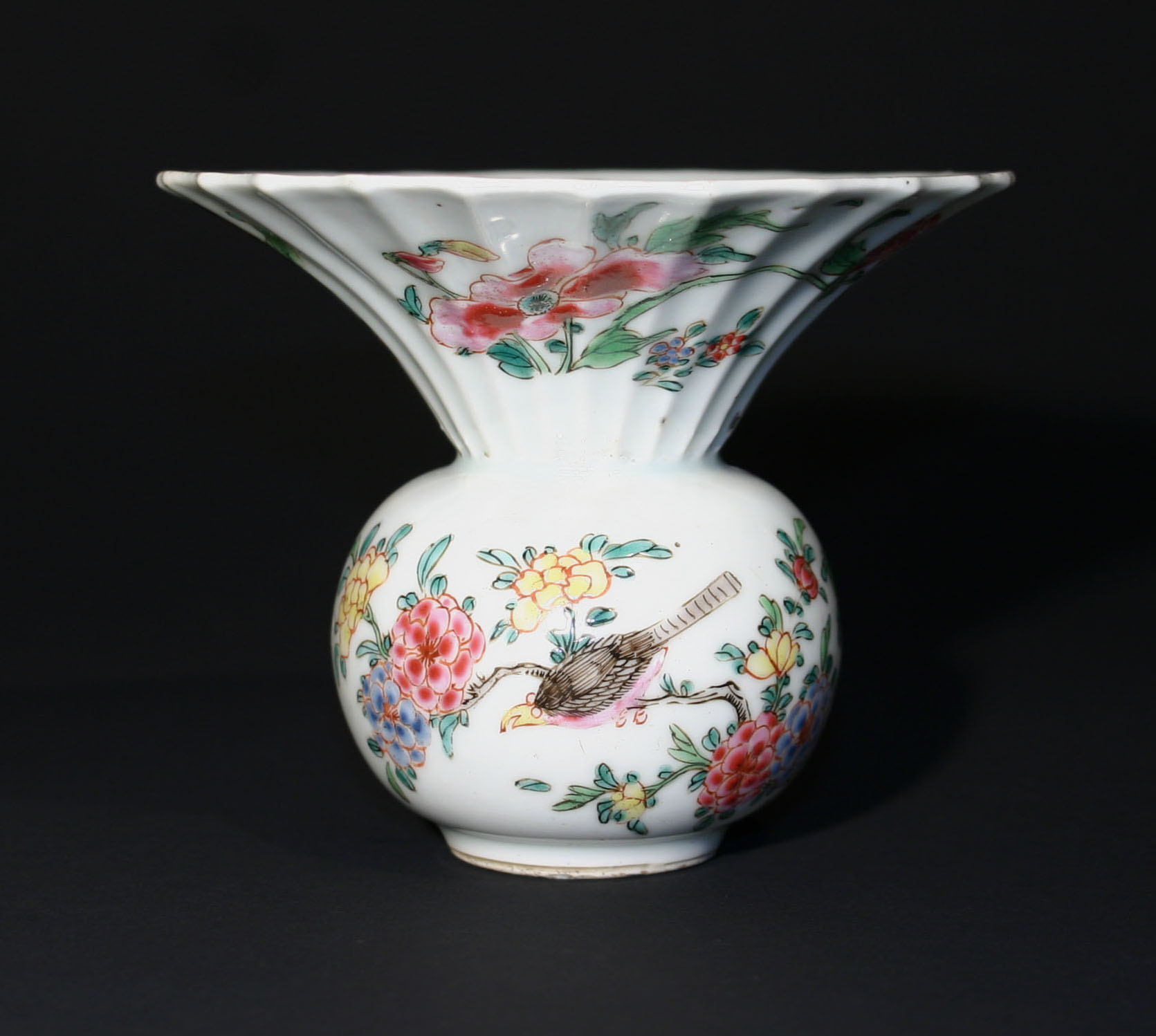 Chinese porcelain famille rose spittoon. Qing dynasty Qianlong