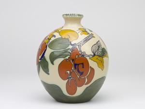 Theo Colenbrander, Plateelbakkerij Zuid-Holland, Vaas met vlinders en pruimen, ca. 1912-1913 - Theodoor (T.A.C.) Colenbrander