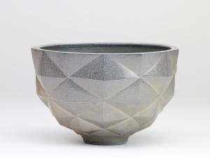 Beate Reinheimer, Stoneware bowl with geometric surface and salt glaze, 1982 - Beate Reinheimer