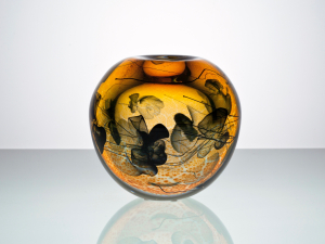 Willem Heesen, 'Anemonen', unieke okerkleurige bolvaas met zwarte zeeanemonen en oranje kleurpoeders, Oude Horn, 1992 - Willem Heesen