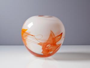 Willem Heesen, Unieke witte bolvaas met oranje decoratie en bellen, 1996 - Willem Heesen
