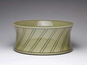 Leen Quist, Wide bowl with painted grafical line decoration, porcelain, 1982 - Leen Quist