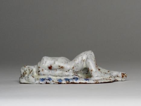 Hildo Krop, Liggende vrouw, Witgeglazuurde roodbakkende klei, gesigneerd 'HLK', ca. 1946-1950 - Hildo (H.L.) Krop