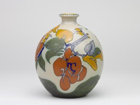 Theo Colenbrander voor Plateelbakkerij Zuid-Holland, Vaas met vlinders en pruimen, ca. 1912-1913 - Theodoor (T.A.C.) Colenbrander