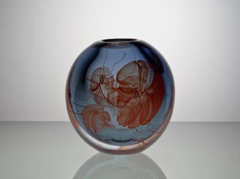 Willem Heesen, 'Anemonen', unieke blauwgrijze bolvaas met rode zeeanemonen en een blankglazen overvang, Oude Horn, 2002 - Willem Heesen