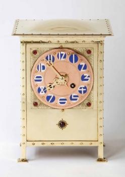 J.C. Stoffels voor Onder Den Sint Maarten, Art Nouveau messing pendule, cabochon geslepen glas en emaillen cijfers, 1904 - Johannes Cornelis (J.C.) Stoffels