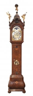 Een fraaie Hollandse wortelnoten staande klok Uswald Amsterdam met kalender circa 1750
