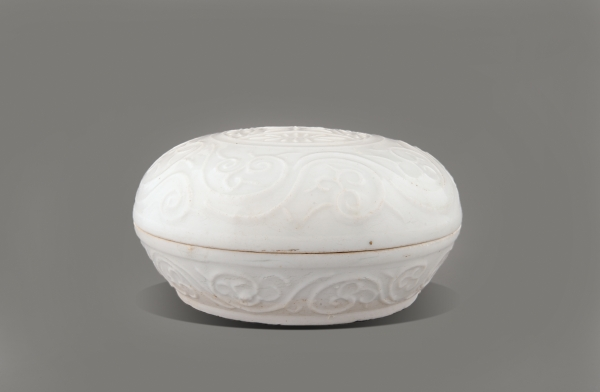 Chinese porcelain box and cover