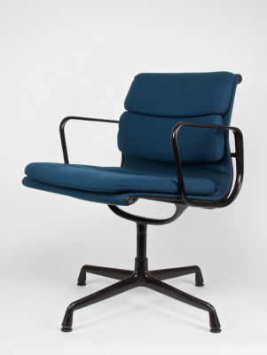 Charles & Ray Eames, Black aluminum Soft Pad dining room chair, model EA 208, executed by Vitra/Herman Miller, design 1969 - Charles & Ray Eames