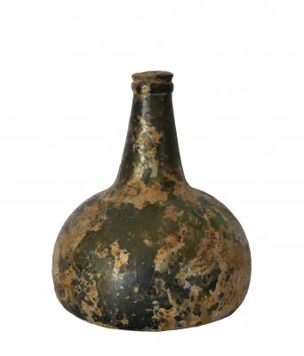 """Geïriseerde buikfles of """"kattekop"""", ca 1700."""