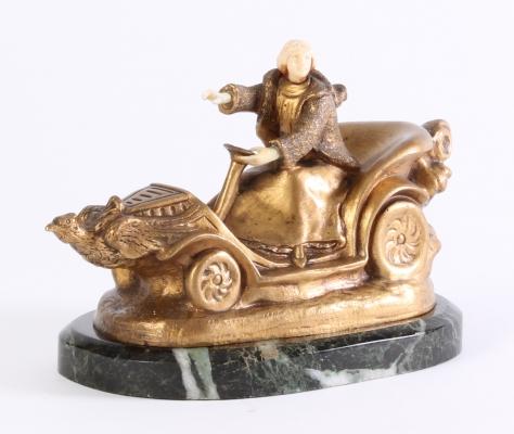 Een Art Deco brons marmer en ivoor beeldje van een auto, circa 1920.