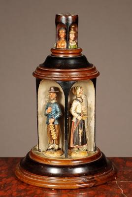 Een erg zeldzaam Zuid Duits/Oostenrijks gestoken draaiend doosje met kooplieden, ca 1850.