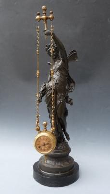 Een Franse mysterieuze klok, liefelijke jonkvrouw - nimf met een swingende klok, c. 1890.