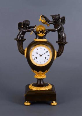 Een Franse empire vuurvergulde en gepatineerde bronzen pendule - Claude Galle