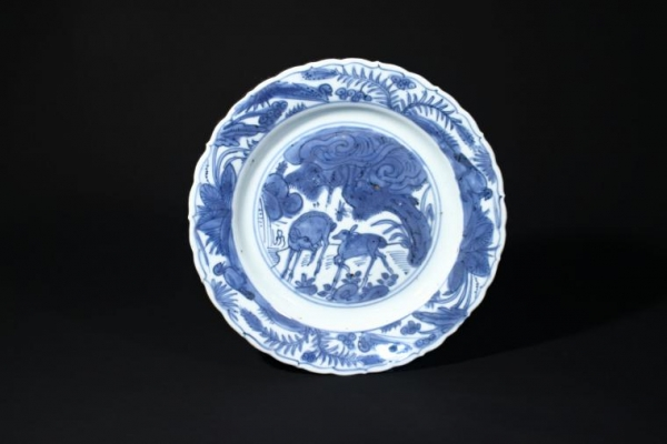 A blue-and-white dish with deer design